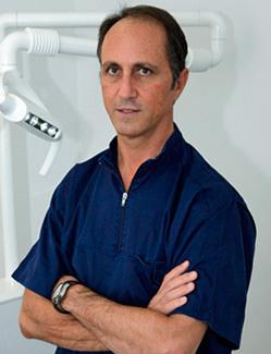 Dr. Juan José Ciurana. Licenciado en Medicina y Cirugía en 1983 por la Universidad de Barcelona especialista en estomatología en 1987 por la Universidad de Barcelona. Implantólogo desde el año 1991.